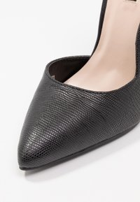Lost Ink - COCO COUNTER CUT COURT SHOE - Høye hæler - black