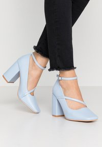 Lost Ink - CROSS STRAP BLOCK SHOE - Escarpins à talons hauts - light blue - 0