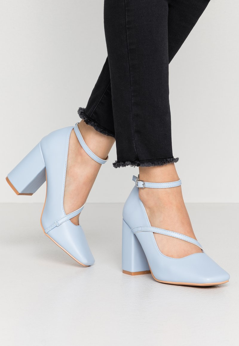 Lost Ink - CROSS STRAP BLOCK SHOE - Escarpins à talons hauts - light blue