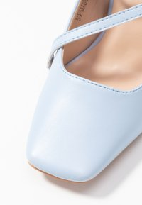 Lost Ink - CROSS STRAP BLOCK SHOE - Escarpins à talons hauts - light blue - 2