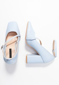 Lost Ink - CROSS STRAP BLOCK SHOE - Escarpins à talons hauts - light blue - 3