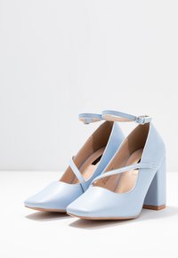 Lost Ink - CROSS STRAP BLOCK SHOE - Escarpins à talons hauts - light blue - 4
