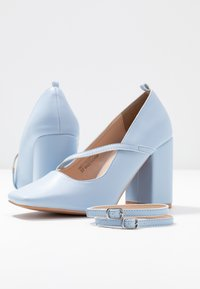 Lost Ink - CROSS STRAP BLOCK SHOE - Escarpins à talons hauts - light blue - 7