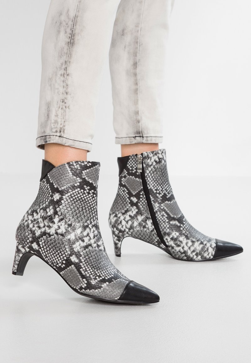 Lost Ink - ALEXIA SETBACK KITTEN BOOT - Classic ankle boots - black