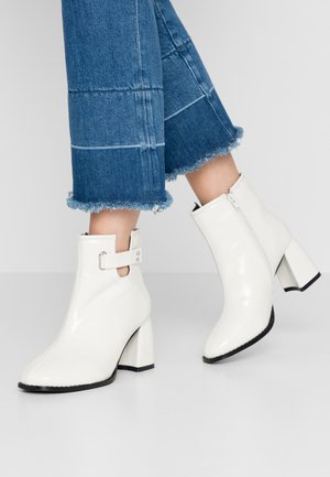 BLOCK HEEL ALMOND TOE  - Ankle boots - white