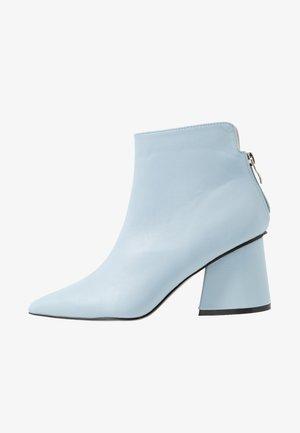 POINTED ANGUALR HEEL - Boots à talons - light blue
