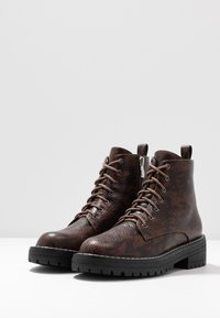 Lost Ink - CHUNKY LACE UP FLAT BOOT - Ankelstøvler - brown - 4