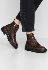 Lost Ink - CHUNKY LACE UP FLAT BOOT - Ankelstøvler - brown - 0