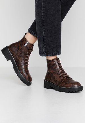 CHUNKY LACE UP FLAT BOOT - Boots à talons - brown