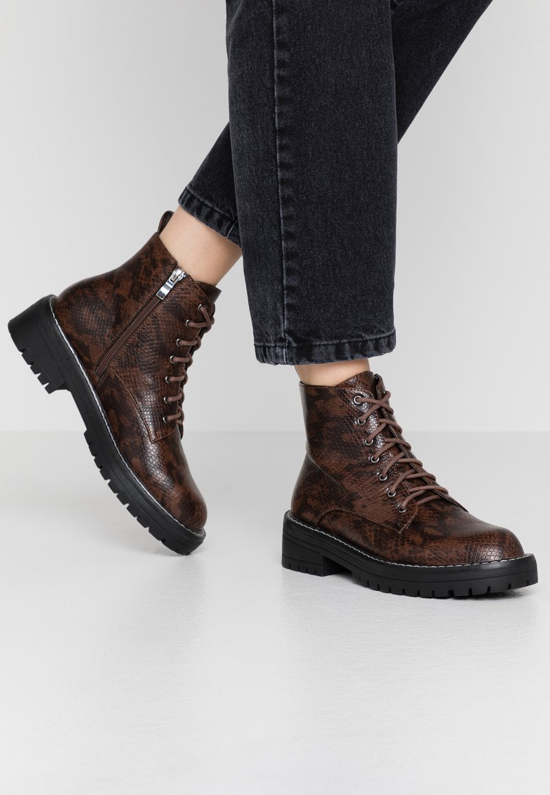 Lost Ink - CHUNKY LACE UP FLAT BOOT - Ankelstøvler - brown