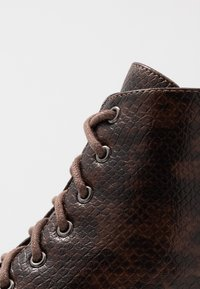 Lost Ink - CHUNKY LACE UP FLAT BOOT - Ankelstøvler - brown - 2