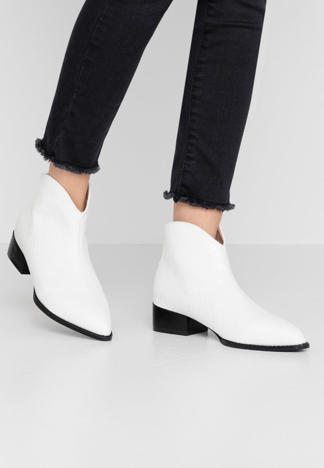 CURVED TOPLINE POINTED - Boots à talons - white