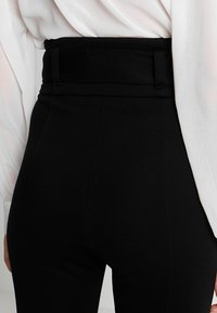 Lost Ink - HIGH WAIST TROUSERS WITH BELT - Pantalon classique - black - 6