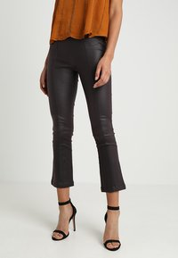 Lost Ink - COATED TROUSER WITH KICK FLARE LEG - Bukse - oxblood - 0