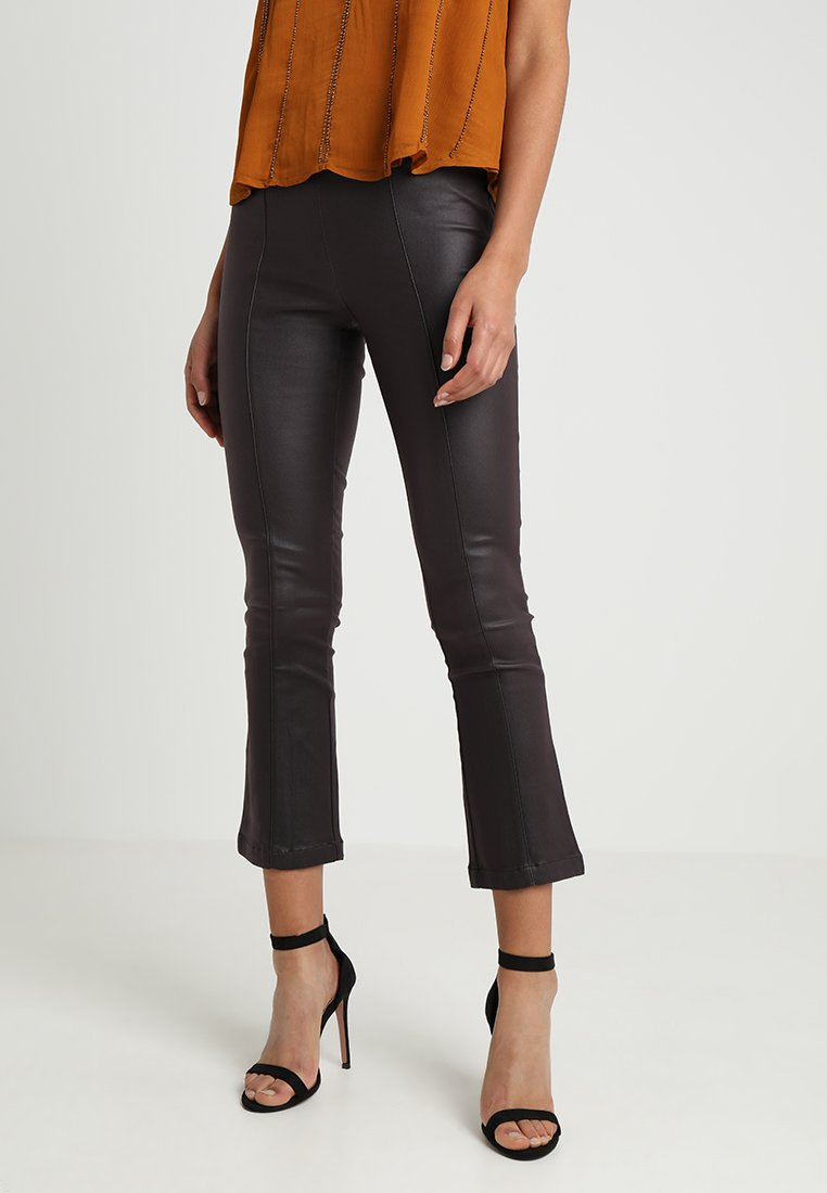 Lost Ink - COATED TROUSER WITH KICK FLARE LEG - Bukse - oxblood