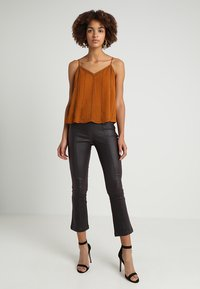 Lost Ink - COATED TROUSER WITH KICK FLARE LEG - Bukse - oxblood - 1