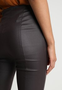 Lost Ink - COATED TROUSER WITH KICK FLARE LEG - Bukse - oxblood - 5