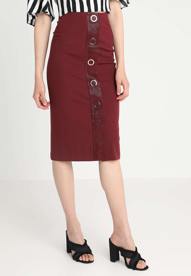 Lost Ink - EYELET DETAIL PENCIL SKIRT - Pouzdrová sukně - bordeaux