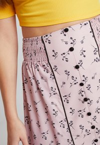 Lost Ink - PENCIL SKIRT IN PRINT WITH BUTTON DETAIL - Maxirok - pink - 4