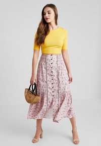 Lost Ink - PENCIL SKIRT IN PRINT WITH BUTTON DETAIL - Maxirok - pink - 1