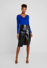 Lost Ink - PENCIL SKIRT WITH BUCKLES - Falda de tubo - black - 1