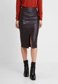 Lost Ink - COATED PENCIL SKIRT WITH SEAM DETAIL - Pencil skirt - burgundy - 0