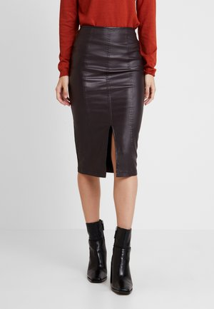 COATED PENCIL SKIRT WITH SEAM DETAIL - Blyantskjørt - burgundy