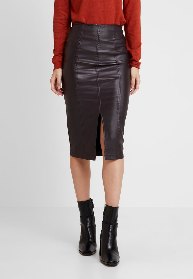 Lost Ink - COATED PENCIL SKIRT WITH SEAM DETAIL - Pencil skirt - burgundy