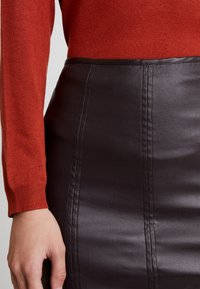 Lost Ink - COATED PENCIL SKIRT WITH SEAM DETAIL - Pencil skirt - burgundy - 3