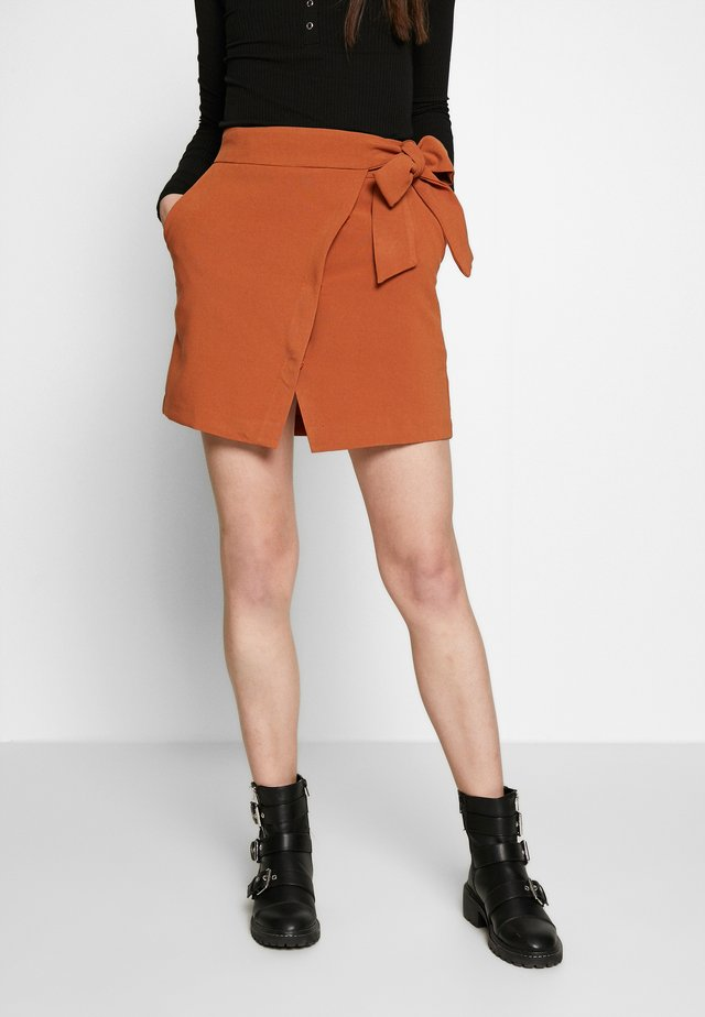 WRAP TIE DETAIL MINI SKIRT - A-linjekjol - rust