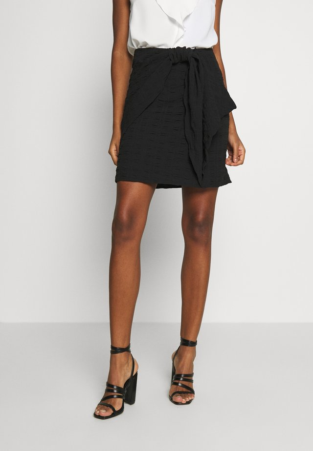KNOT FRONT VOLUME MINI SKIRT - Spódnica mini - black