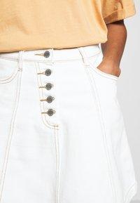 Lost Ink - BUTTON FRONT MINI SKIRT - Spódnica trapezowa - white - 4