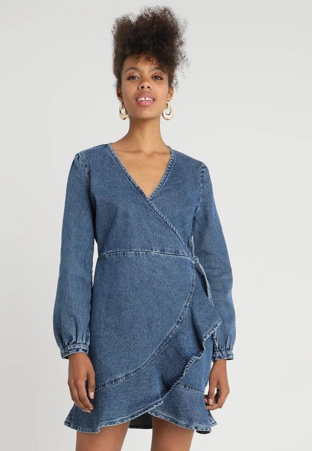 WRAP DRESS WITH RUFFLE - Sukienka jeansowa - mid denim