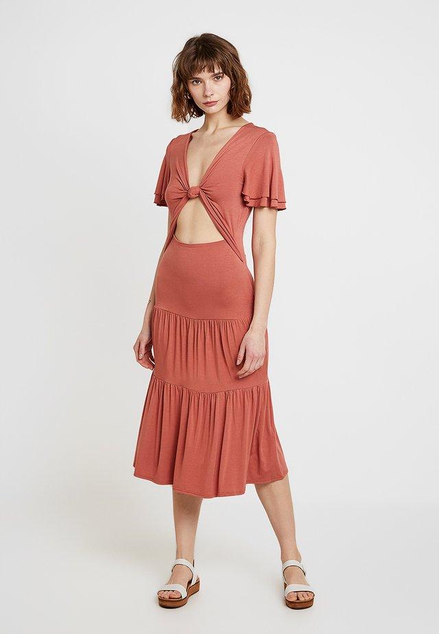 TWIST FRONT CUT OUT MIDI DRESS - Sukienka z dżerseju - rust