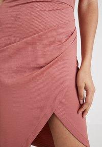 Lost Ink - TEXTURED BARDOT BODYCON DRESS - Sukienka etui - nude - 6