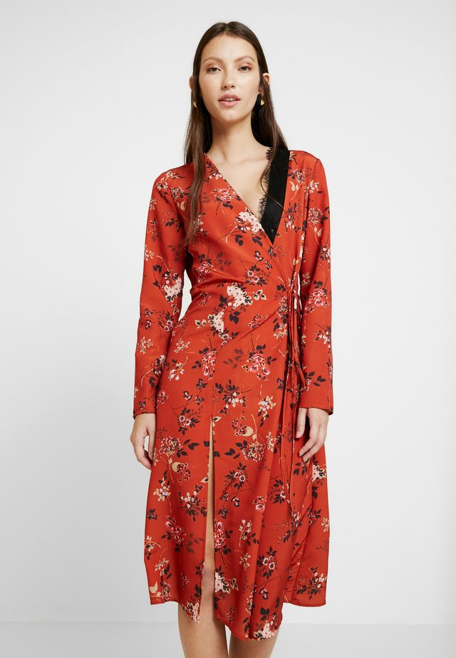 INSERT FLORAL WRAP MIDI DRESS - Vestito estivo - rust