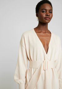 Lost Ink - BELTED BUCKLE WRAP - Cardigan - cream - 3