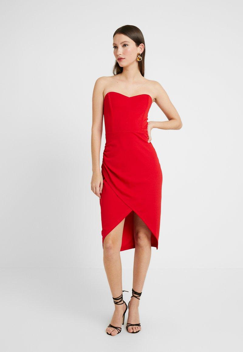 Lost Ink - BANDEAU WRAP DETAIL MIDI DRESS - Koktejlové šaty/ šaty na párty - bright red