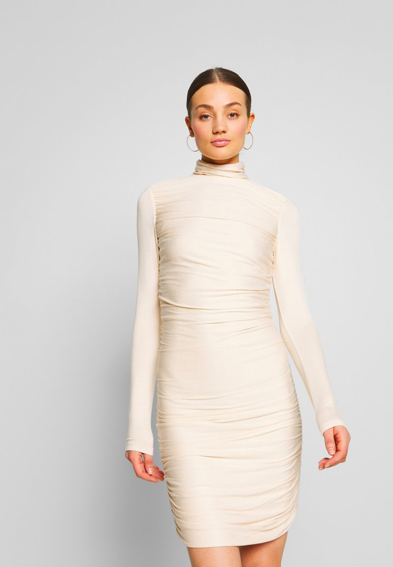 Lost Ink - RUCHED DETAIL LONG SLEEVE BODYCON MIDI DRESS - Pouzdrové šaty - beige