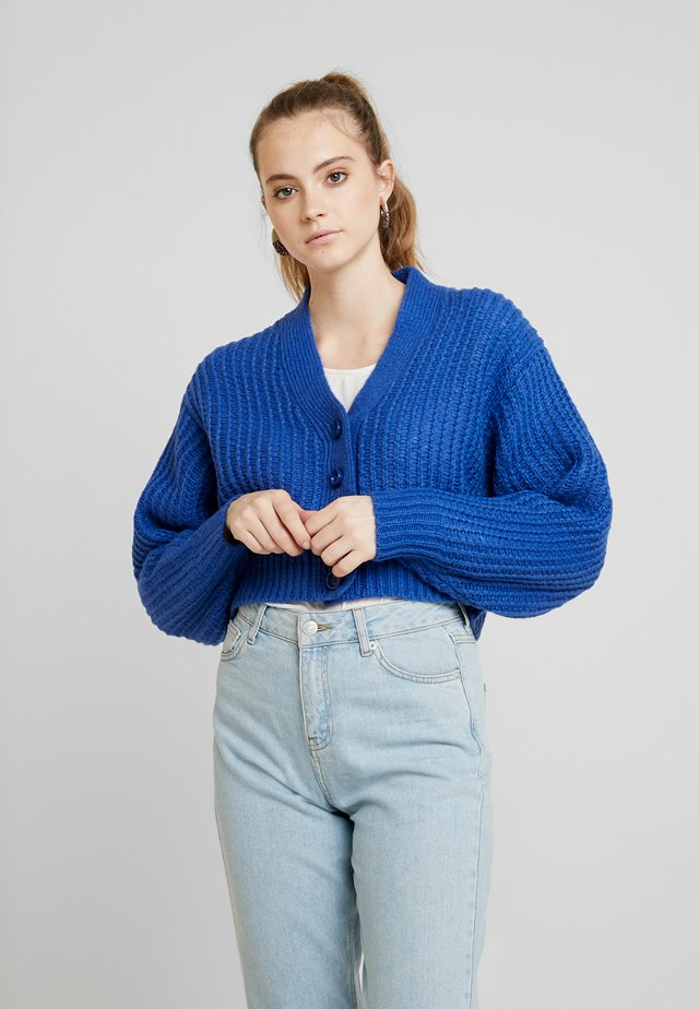 BUTTON FRONT CROP  - Strickjacke - blue