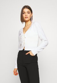 Lost Ink - SCALLOP EDGE CROPPED CARDIGAN - Kardigan - cream - 0