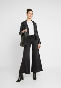 Lost Ink - FLOOD LEG - Flared jeans - washed black - 1