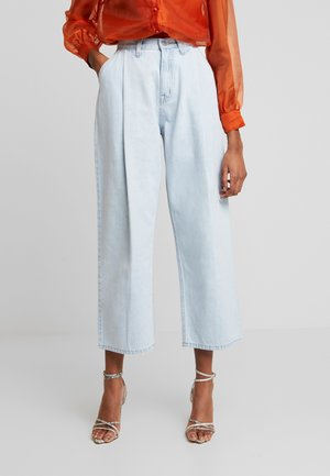 PLEAT FRONT TAPERED WIDE LEG - Jeans Relaxed Fit - light denim