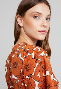Lost Ink - WITH WIDE LEG IN FLORAL - Jumpsuit - multi orange - 3
