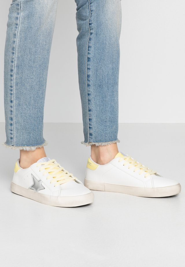 CITY - Sneaker low - silver/yellow