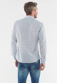 Le Temps Des Cerises - MIT FILIGRANEM ALLOVERMUSTER - Shirt - white - 2