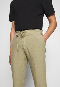 120% Lino - TROUSERS - Trousers - olive - 4