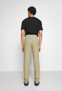 120% Lino - TROUSERS - Trousers - olive - 2