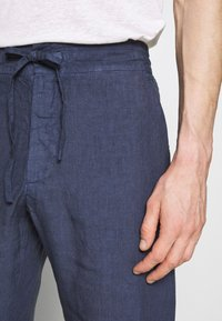 120% Lino - TROUSERS - Trousers - dark blue fade - 6
