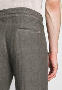 120% Lino - TROUSERS - Trousers - elephant sof fade - 4